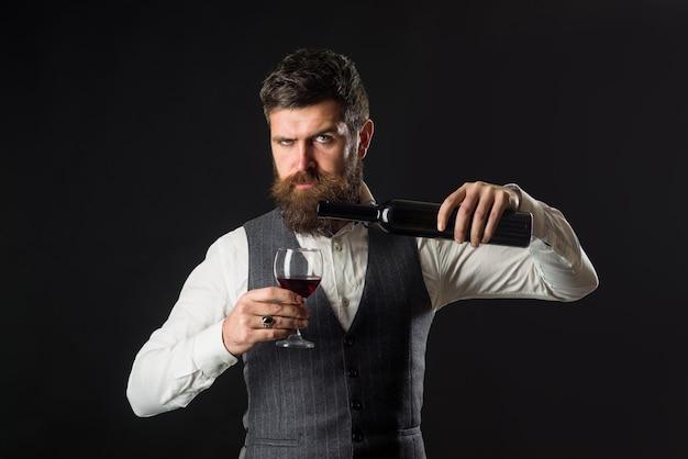 Weinglas weinprobe alkohol rotwein bärtiger mann mit glas wein mann trinkt rotwein mann mit