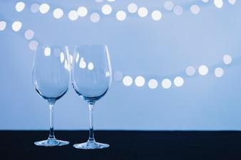 Weingläser und Lichterketten