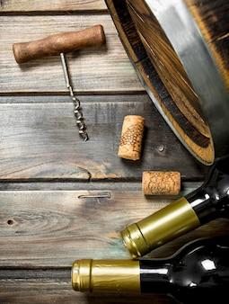 Weinhintergrund. fass weißwein. auf einem hölzernen hintergrund.