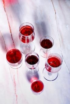 Weinkarte. becher mit rotem und weißem jammern.