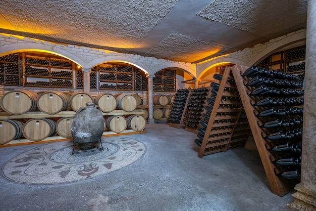 Weinkeller mit fässern und flaschen
