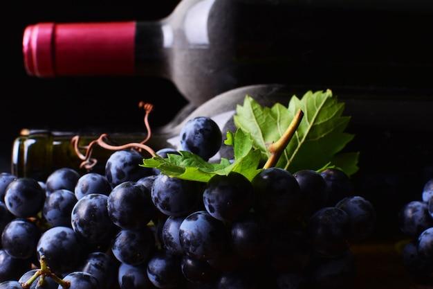 Weinkeller mit trauben und flaschen