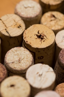 Weinkorken auf dem tisch