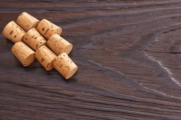 Weinkorken auf einem hölzernen hintergrund. kopieren sie platz. ein paar trauben