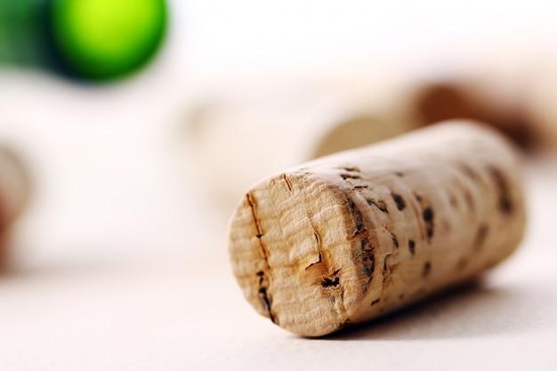 Weinkorken auf einem tisch