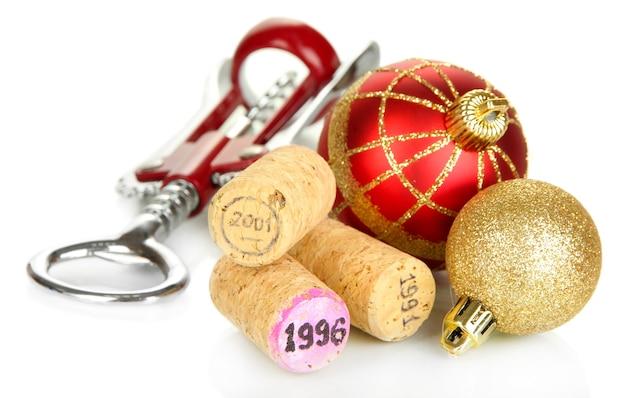 Weinkorken mit neuen weihnachtsspielzeugen isoliert auf weiß
