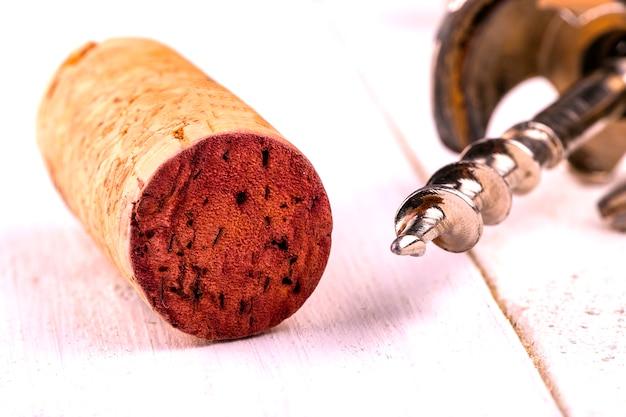 Weinkorken und korkenziehernahaufnahme.