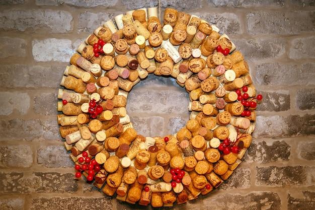 Weinkorkenkollektion, runde installation an einer wand