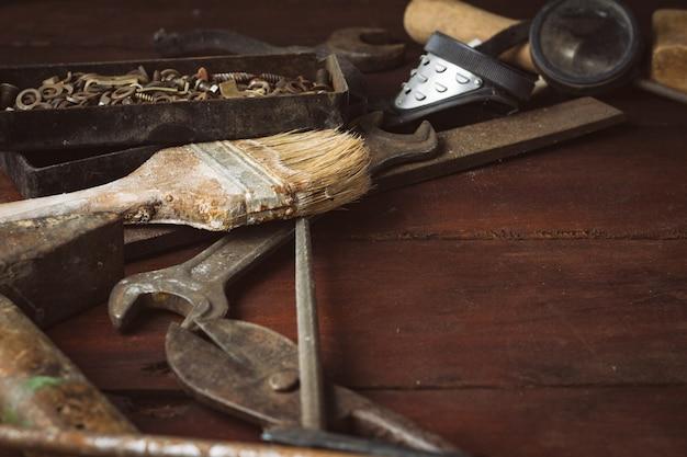Weinlese-arbeitswerkzeug auf einem dunklen hölzernen hintergrund. vatertagskonzept