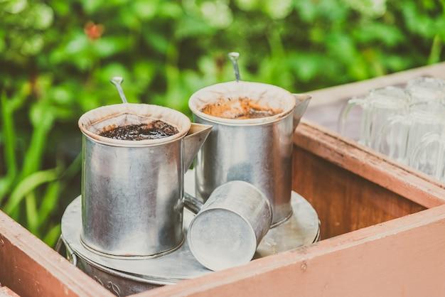 Weinlese, die kaffee mit thailändischer art macht