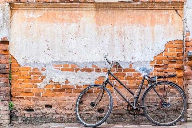 Weinlese-fahrrad auf der alten backsteinmauer