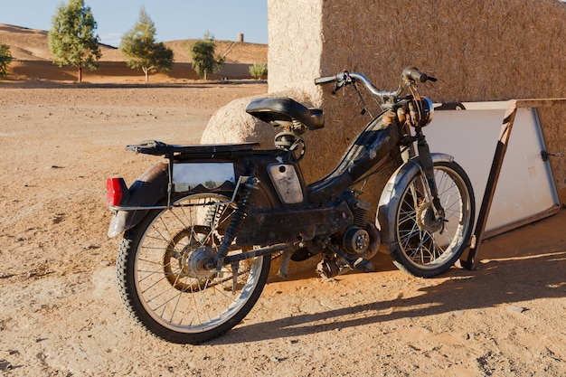 Weinlese-französisches moped oder roller, sahara-wüste