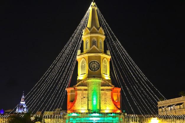Weinlese-glockenturm in cartagena bei nacht, kolumbien