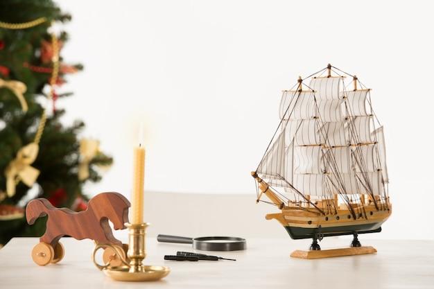 Weinlese-hölzernes pferd und schiff auf sankt arbeitstabelle