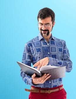 Weinlese junger mann, der buch liest