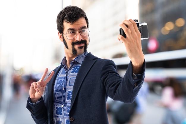 Weinlese junger mann, der ein selfie macht