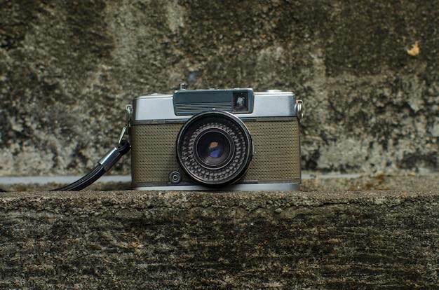Weinlese-kamera auf der rustikalen wand
