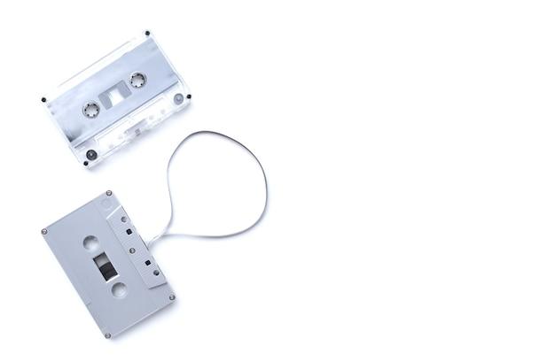 Weinlese-kassettenband lokalisiert auf weißem hintergrund