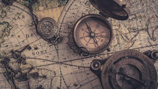 Weinlese-kompass auf alte weltkarte