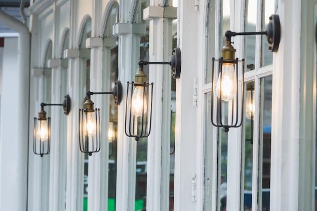 Weinlese-lampe des selektiven fokus auf restaurantwand
