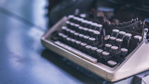 Weinlese-schreibmaschine auf tabelle