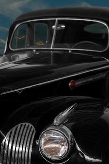 Weinlese, schwarzes, glänzendes auto vor dem hintergrund des nächtlichen himmels.