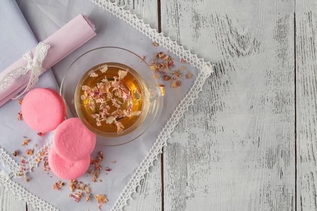 Weinlese-teekanne und tasse mit blühenden teeblumen auf hölzernem hintergrund