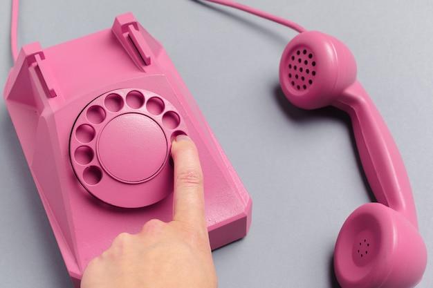 Weinlese-telefon auf farbhintergrund