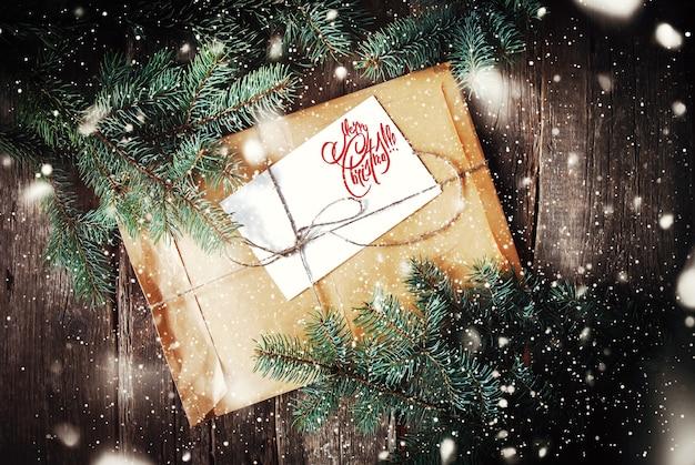 Weinlese-umschlag, tannenbaum-niederlassungen. text frohe weihnachten auf weiß