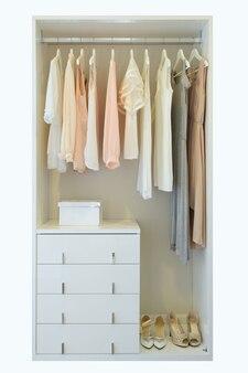 Weinlese und stilvoller innenraum der hölzernen garderobe