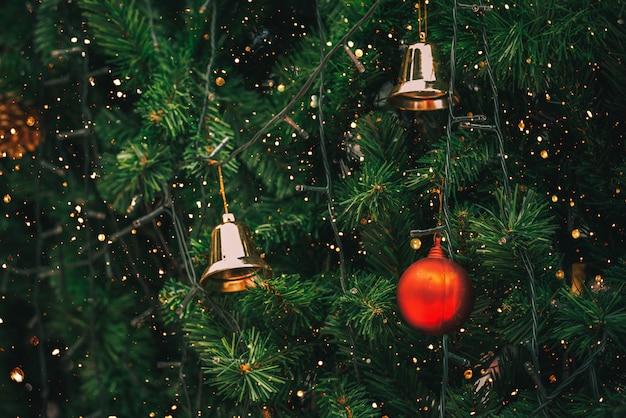 Weinlese-weihnachtsbaum mit balldekoration und scheinlichtfiltereffekt.