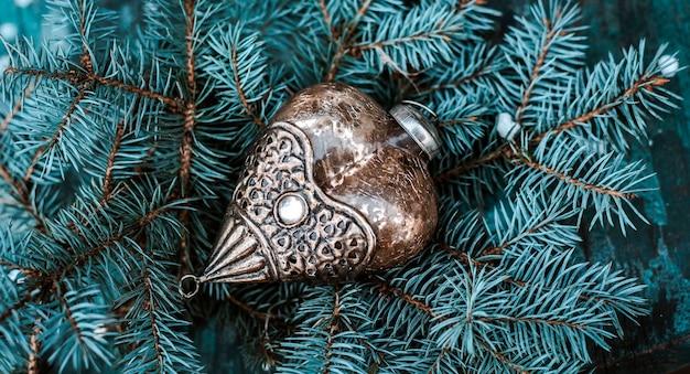 Weinlese-weihnachtsbaumdekoration auf einem zweig eines blauen tannenbaums