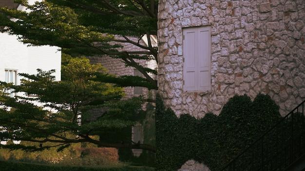 Weinleseartfenster, wand des hauses mit einem geschlossenen fenster gelassen und details.