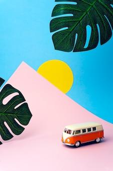 Weinleseauto auf einer farbigen tropischen wand