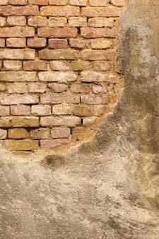 Weinlesebetonmauer mit herausgestellten ziegelsteinen