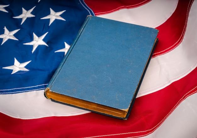 Weinlesebuch auf die amerikanische flagge