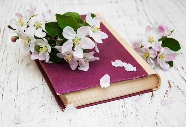 Weinlesebuch mit apfelblüte