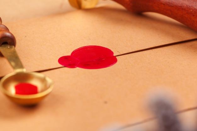 Weinlesebuchstabe mit rotem siegelstempelabschluß oben