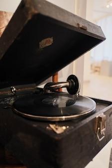 Weinlesedrehscheiben-vinylaufzeichnungsspieler auf hölzernem hintergrund