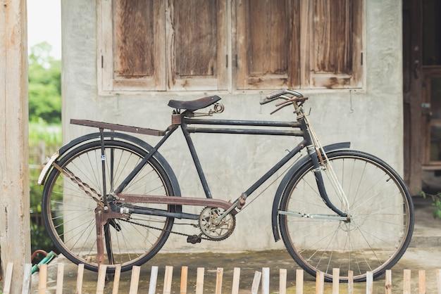 Weinlesefahrrad am alten haus