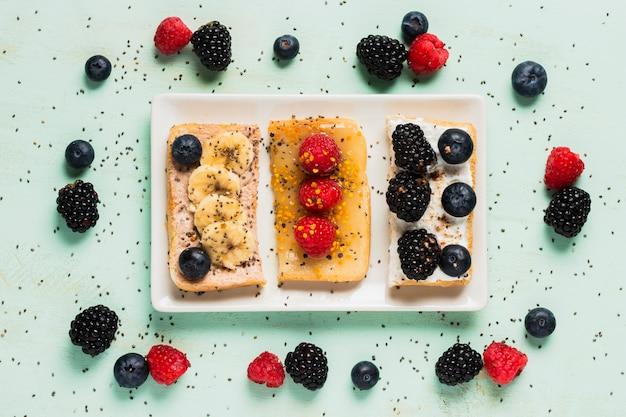 Weinlesefrühstück mit bananen und wilden beeren