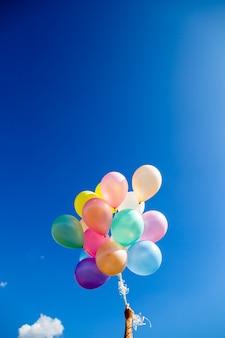 Weinleseherzballon mit buntem auf blauem himmel