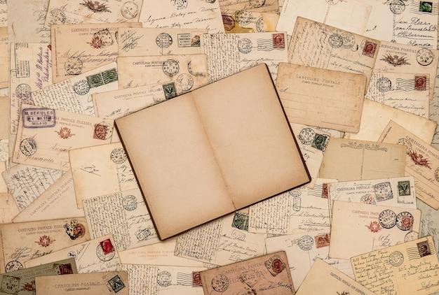 Weinlesehintergrund mit alten handgeschriebenen postkarten
