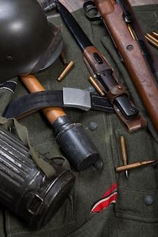 Weinlesehintergrund mit feldausrüstung der deutschen armee. ww2