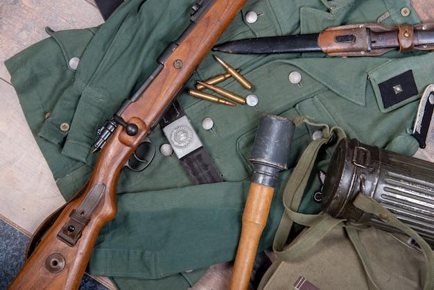 Weinlesehintergrund mit feldausrüstung der deutschen armee.