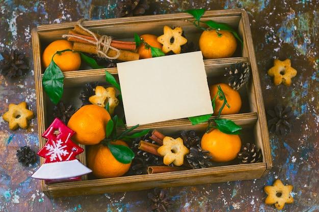 Weinleseholzkiste mit den weihnachtsdekorationen eingestellt