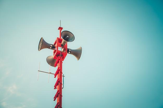 Weinlesehornsprecher - zeichen und symbol der öffentlichkeitsarbeit. vintage farbtoneffekt