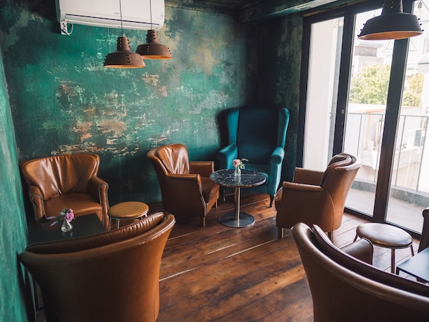 Weinleseinnenraum mit braunen stühlen und blauen wänden