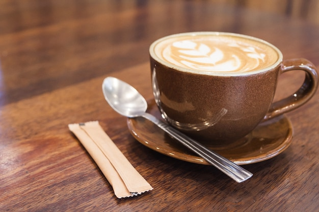 Weinlesekaffee mit lattekunstdekoration