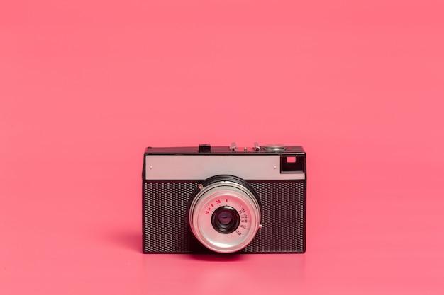 Weinlesekamera auf rosa vorderansicht